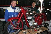 Zdeněk Antony se synem u jedné ze svých motorek.