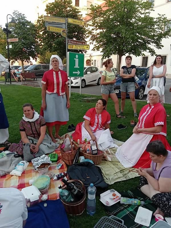 Členky valtického ženského pěveckého sboru Výběr z bobulí pomáhají kolegyním z Ženského sboru z Moravské Nové Vsi, které tornádo připravilo o kroje. Uspořádaly dokonce i meruňkový piknik, na kterém se ve Valticích vybralo více jak pět tisíc korun.