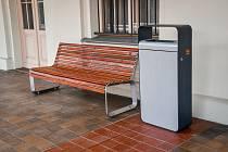 Na některých vlakových nádražích na jihu Moravy přibudou nové lavičky i koše.