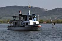 Loď Věstonická Venuše vozí turisty po horní novomlýnské nádrži pod siluetou Pálavy.Od letošní sezony má nového provozovatele.