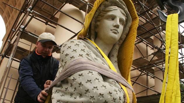 Poslední dvě zrestaurované sochy se vrátily na zámeček Rendes-vouz.