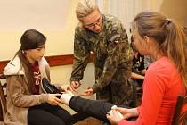 Do mikulovského gymnázia zavítala jednotka vojáků z Vyškova. Ministerstvo obrany a Armáda České republiky pro žáky připravila zajímavý vzdělávací program.