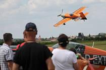 Na břeclavském letišti vyvrcholilo exhibiční Air Show vítězů Mistrovství České republiky v letecké akrobacii. Neuvěřitelné kousky akrobatů, mezi nimiž nechyběl ani pilot světové série Red Bull Air Race Martin Šonka, přilákaly více než tisícovku lidí.