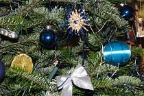 Vyrobí vánoční dekorace s výtvarníky