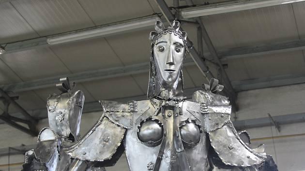 Největší kovové sousoší břeclavského výtvarníka Františka Vargy měří tři metry. Poputuje z Břeclavi do partnerského polského města Andrychow.