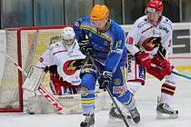 Břeclavští hokejisté (v modrém) podlehli favoritovi ligy těsně 3:4.