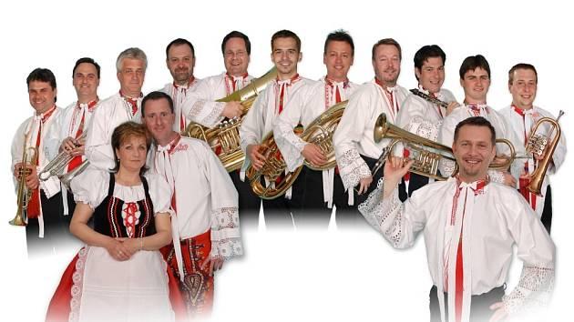Již dvacet let se na hodech, plesích a krojovaných zábavách objevuje dechová kapela Zlaťulka.
