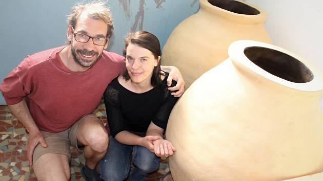 Dvojice Zdeňka Benešová a Ondřej Žďárský ve Valticích na Břeclavsku vypalují z hlíny starou metodou unikátní kvevri nádoby a amfory pro víno. Metoda výroby vína v kvevri pochází z Gruzie.