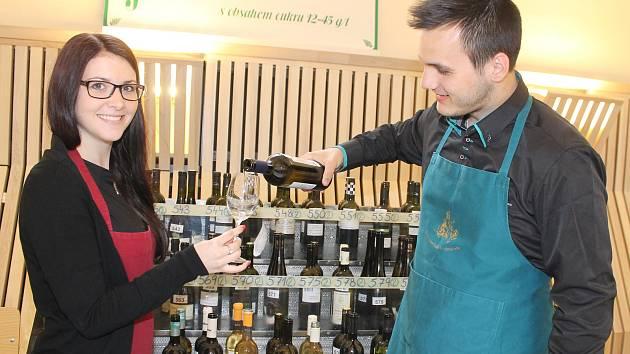 V jízdárnách valtického zámku v pátek převzali zástupci jednotlivých vinařství ocenění za úspěšné vzorky Valtických vinných trhů. Poté následovala degustace vín.