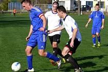 Tvrdoničtí fotbalisté (v bílém) v zápase s Lednicí.