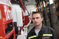Velitel břeclavských profesionálních hasičů Tomáš Havlík dohlížel na zásah u nestabilního svahu v Bulharech.