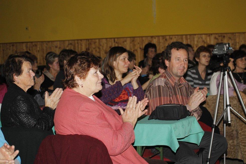 O buchtách a milování, tak se jmenovalo setkání ženských a jednoho mužského sboru v Moravské Nové Vsi. Divákům se představily i děti ze souboru Jatelinka.