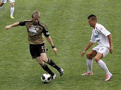 Břeclavští fotbalisté (v bílém) v první půli úspěšně vzdorovali druholigovému Znojmu.