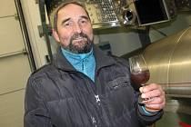 Lidé v zaječském vinařství Šabata zpracovávají zmrzlé hrozny na ledové víno.