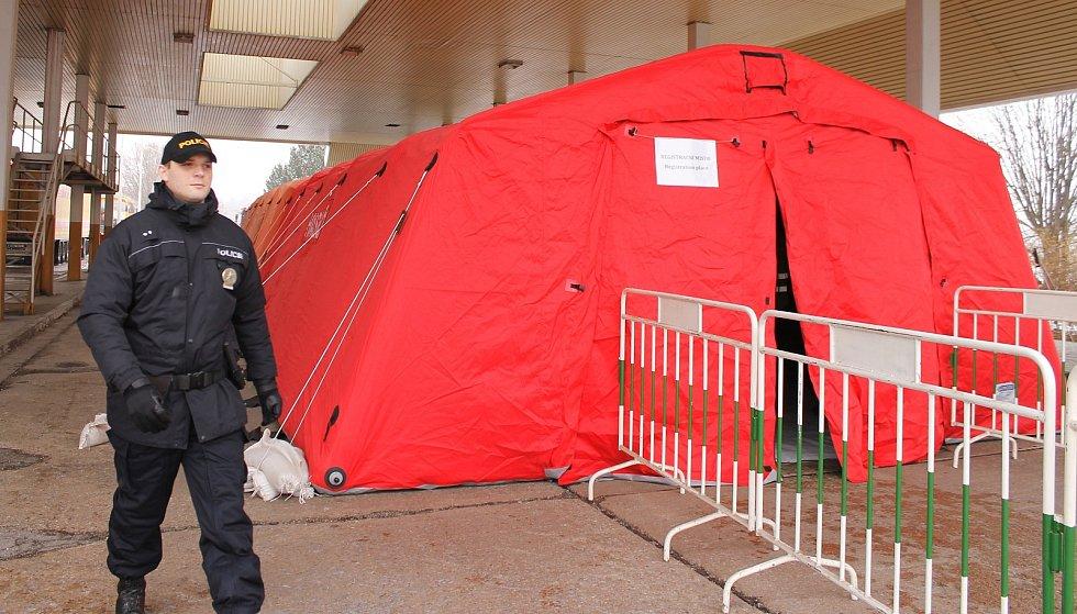 Na hranici vyrostl i mobilní hotspot pro registraci migrantů. Policejní cvičení Vlna u Mikulova.