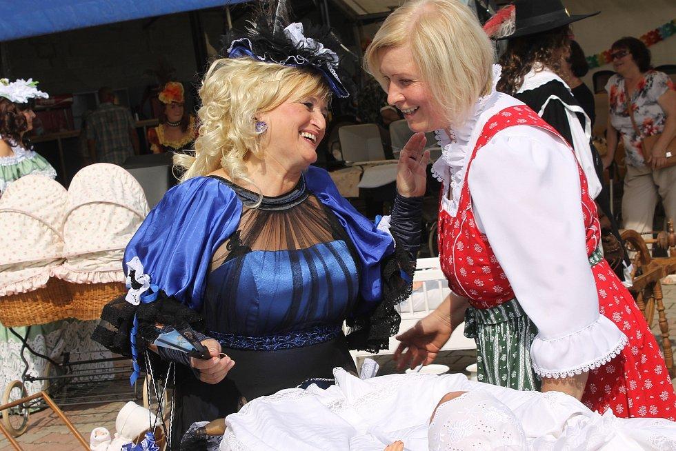 Velkými Pavlovicemi prošly ženy s historickými kočárky. Mnohé kráčely v kostýmu.