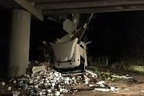 Kamion havaroval v úterý pozdě večer na dálnici D2 ve směru na Brno u Lanžhota. Zůstal viset z mostu.