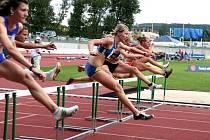 Břeclavská běžkyně Zuzana Štáhlová (v modro-žlutém) nad překážkami.