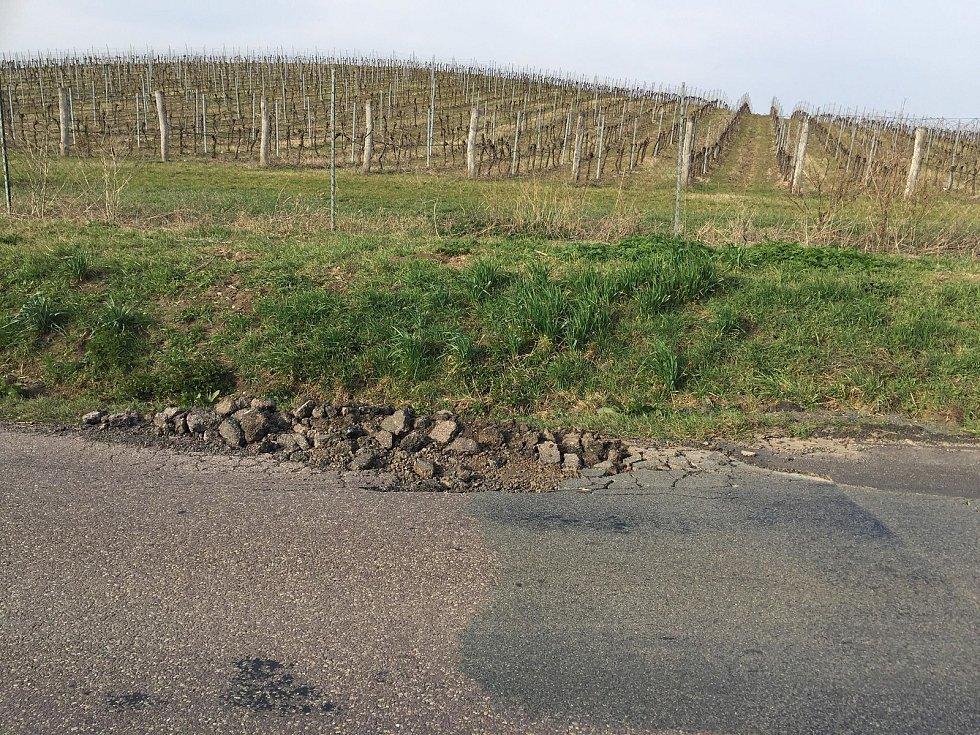Silnice na objízdné trase kvůli uzavírce přes Nové Mlýny jsou ve špatném stavu.