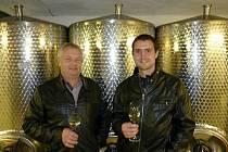 Vedle vinaře Jaroslava Šlichty stojí jeho potomek stejného jména. A také nástupce ve vinařství.