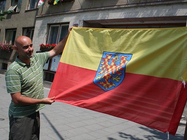 Vyvěšování moravské vlajky před břeclavskou radnicí.