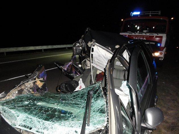 Jedna mrtvá žena, pět zraněných a uzavřená dálnice D2 ve směru na Brno. To je bilance tragické dopravní nehody, ke které došlo v sobotu krátce před desátou hodinou večer nedaleko Velkých Pavlovic, když řidič Volkswagenu Sharan narazil do jedoucího kamionu