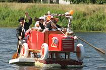 Posádku historického automobilu tvořil při Bobří neckyádě ženich s nevěstou, řidič a oddávající Ludvík Šmída.