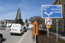 Velké kolony se tvořily od úterního rána na hlavním tahu Břeclaví. Na vině je uzavírka křižovatky ulic Sovadinova a Na Zahradách.