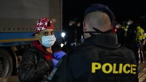 V nákladním autě na D2 našli téměř padesát migrantů