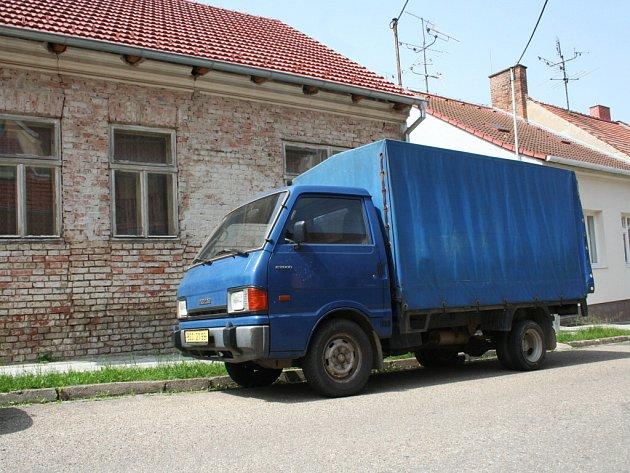 U domu Jiřího Adama stálo ve středu jeho auto, ve kterém podle sousedů stále jezdí.