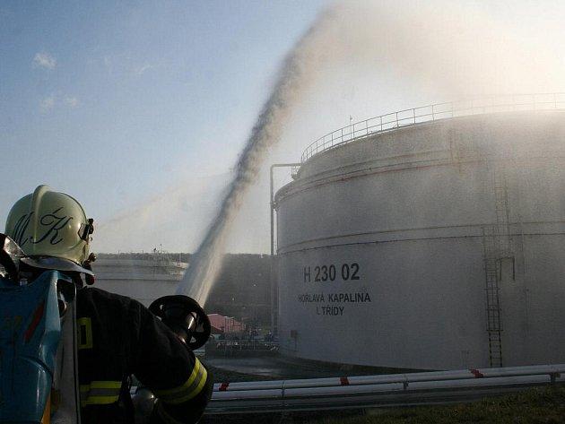 Na nádrže společnosti Čepro v Kloboukách u Brna v úterý 15. prosince zaútočili teroristé. Zasahovalo kolem stovky záchranářů.