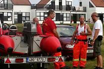 Policejní vrtulník, hasiči, policisté i vodní záchranáři pátrají už od úterního odpoledne v pasohláveckém kempu Merkur po osmapadesátiletém Čechovi.