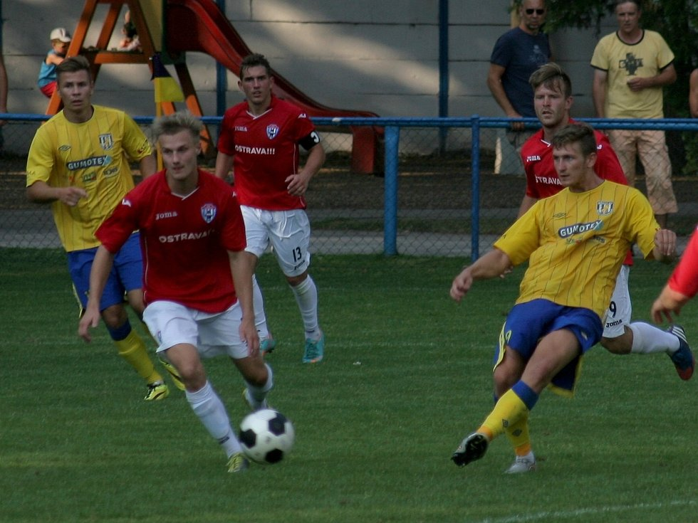 Břeclavští fotbalisté (ve žlutém) vyšli v podzimní premiéře střelecky naprázdno.