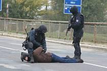 Lupič, jenž pouze jako vykradl benzínku v Rakvicích, se dostal do obklíčení policistů na hraničním mostu za Lanžhotem.