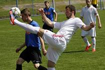 Fotbalisté Lanžhota (v bílém) se ve Velkých Pavlovicích nic nedařilo a vysoko prohráli.