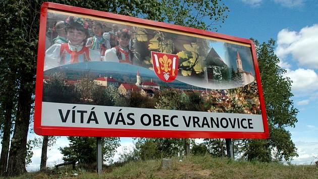 Návštěvníky vítají ve Vranovicích obří billboardy