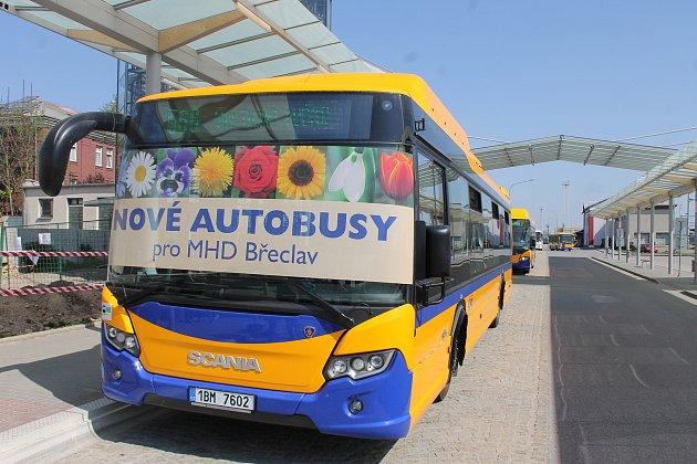 Břeclavský dopravce Bors představil čtrnáct nových autobusů na stlačený zemní plyn.