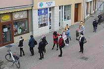 Před jednou z galanterií v centru Břeclavi přímo naproti redakci Břeclavského deníku Rovnost se už kolem deváté ráno tvořily fronty.