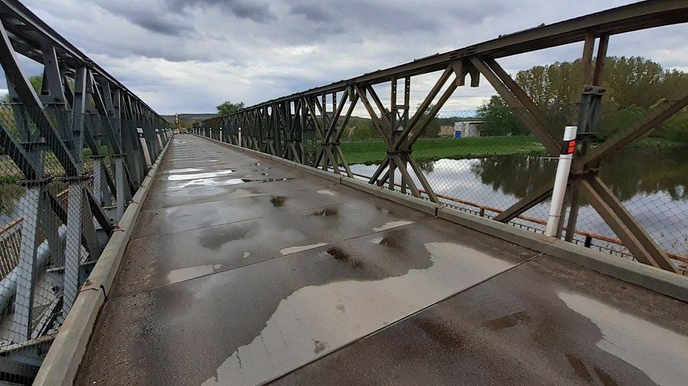Po Brodu nad Dyjí dělníci demontují provizorní most v Drnholci na Břeclavsku. Oba sloužily řidičům déle než rok.
