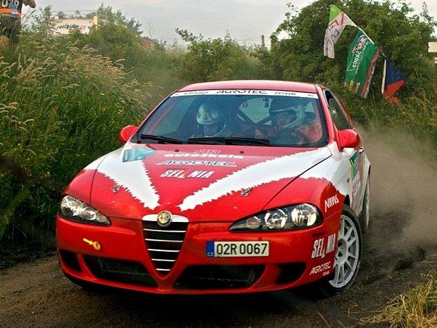 Martin Rada ve své alfě na domácí trati při loňské Hustopečské rally.