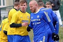 Při standardkách na sebe mohli narazit i ligový útočník Sigmy Jan Schulmeister s o deset let mladším útočníkem Břeclavi Ivo Teturem (vlevo), jenž je ve třetí lize stále nováčkem.