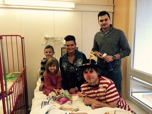 Zdeňka Frýbertová, Míra Kaplan a Milan Kura navštívili se svým projektem Radosti dětem malé pacienty vNemocnici Břeclav a dětský domov vMikulově.