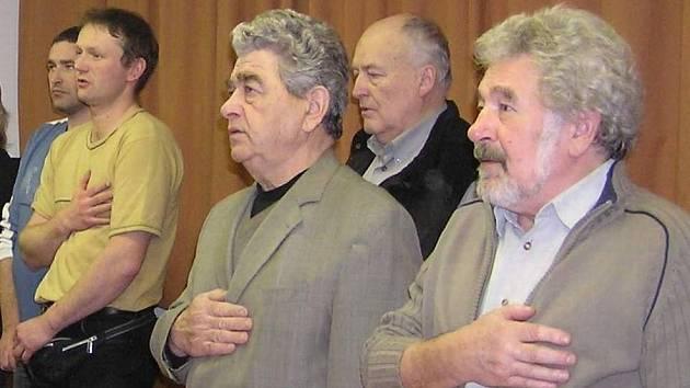 Prezident Václav Petrásek (uprostřed) zpívá s ostatními hymnu republiky Kraví hora.