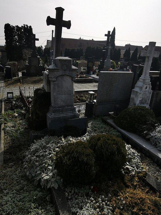 Restaurátor Michal Navrátil obnovuje na rakvickém hřbitově památníčky dětem utonulým v řece Dyji na Nových Mlýnech a dvou rakvických farářů včetně Leopolda Dočkalíka. Právě o něm se hovoří jako o možném autorovi veršů na dětských pomníčcích.