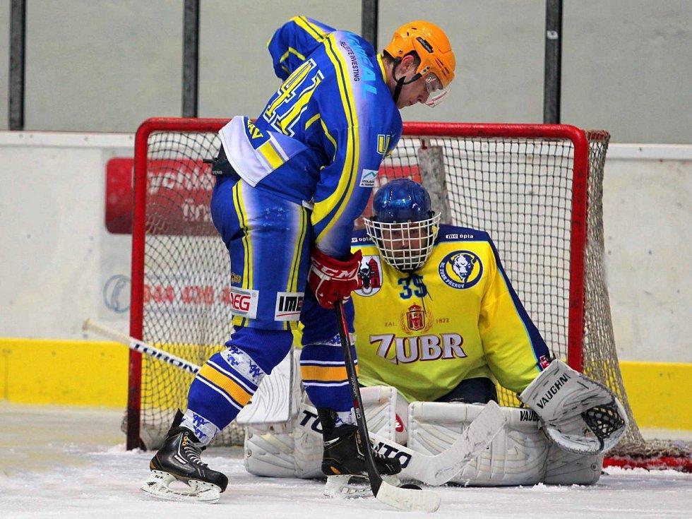 Břeclavští hokejisté (v modrém) si překvapivě snadno poradili s favoritem z Přerova.