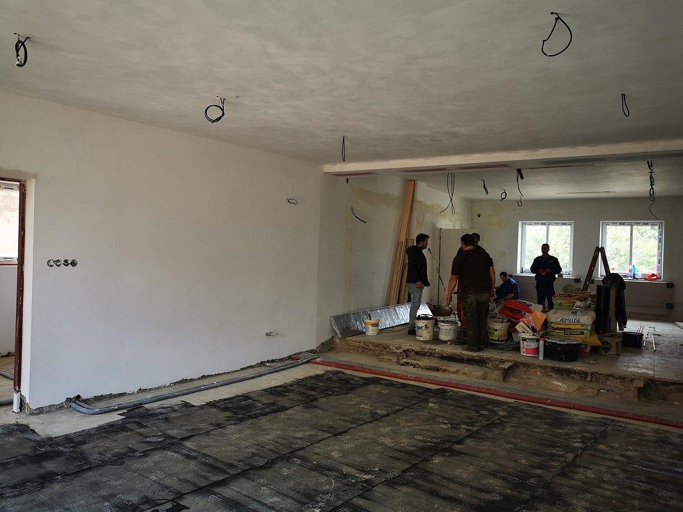 Stav před vylitím podlah v přístavbě.