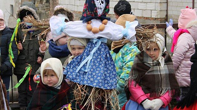 OBRAZEM: Lanžhotské děti v krojích utopily symbol zimy v Kyjovce