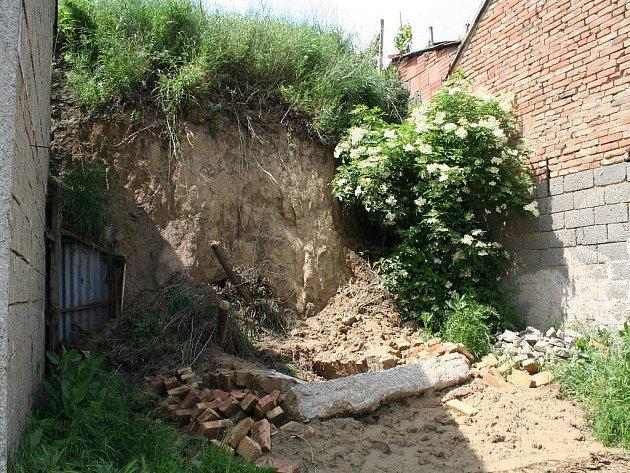 Zbořený sklep v Bořeticích. I to je následek dlouhých a neustávajících dešťů.