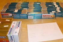 Více než osmnáct set tablet léků potřebných k výrobě pervitinu našli celníci při kontrole auta jedoucího poblíž bývalého hraničního přechodu u Lanžhota.