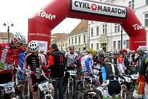 Na valtickém náměstí se před startem řadili stovky cyklistů.